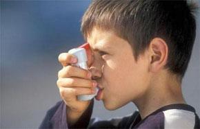 Rester vautré devant la télé augmenterait le risque d'asthme pour les enfants. (Photo : www.7sur7.be)