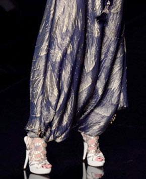 Un modèle d'une création présenté et désigné par le britannique, John Galliano pour Christian Dior au cours de l'automne-hiver 2009 de prêt-à-porter à Paris. (Photo : AFP)