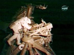 Joseph Acaba travaille dans l'espace près de l'ISS. (Photo : AFP)