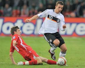 Lukas Podolski avec le milieu de terrain de Wales, Aaron Ramsey, au Millennium Stadium à Cardiff. (Photo : AFP)