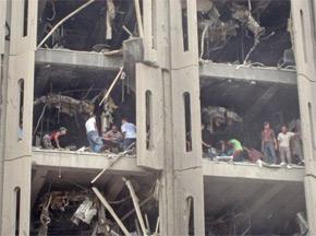 Des secours et des passants dans les décombres du ministère de la Justice visé par un attentat, à Bagdad. (Photo : AFP)
