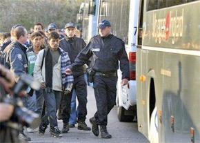 Gendarmes et policiers procèdent au démantèlement de la «jungle», le camp de migrants près de Calais. (Photo : AFP)