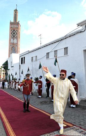 Amir Al Mouminine accomplit la prière du vendredi à la mosquée Sidi Bouabid à Tanger