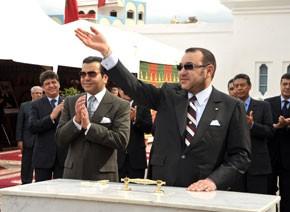 S.M. le Roi Mohammed VI pose la première pierre pour la construction d'une piscine couverte à M'diq