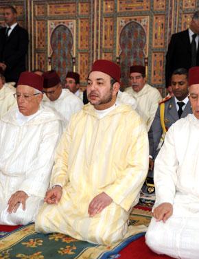 S.M. le Roi, Amir Al Mouminine, accomplit la prière du vendredi à la mosquée Omar Ibn Al Khattab à Tétouan