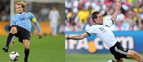 L'attaquant de l'équipe d'Uruguay Diego Forlan et de Miroslav Klose de l'équipe d'Allemagne. (Photo : AFP)