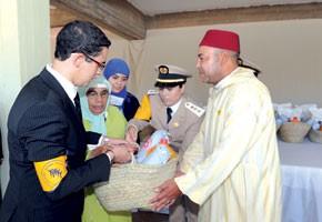 S.M. le Roi lance l'opération de distribution de denrées alimentaires à l'occasion du mois sacré de Ramadan et pose la première pierre de deux centres sociaux