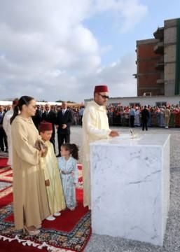 S.M. le Roi pose à Rabat la première pierre du Centre Princesse Lalla Asmaa pour enfants et jeunes sourds, d'un coût de 11,14 millions de DH