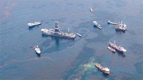 Des bateaux autour de la plateforme BP dans le Golfe du Mexique. (Photo : AFP)