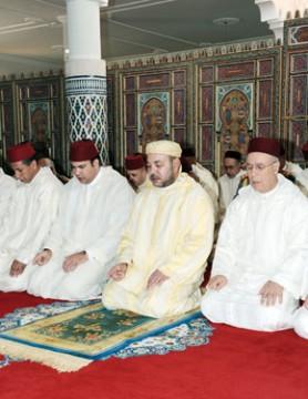 S.M. le Roi Mohammed VI, Amir Al Mouminine, accomplit la prière du vendredi à la mosquée Riyad à Midelt