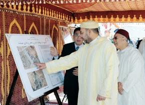 S.M. le Roi pose à Midelt la première pierre d'une mosquée et d'un complexe religieux, culturel et administratif des Habous, d'un coût de 40 MDH