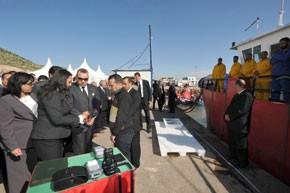 S.M. le Roi lance à Agadir le programme de mise en circulation de caisses en plastique normalisées utilisées lors du débarquement de poissonsdans les ports marocains, d'un investissement global de 163 MDH