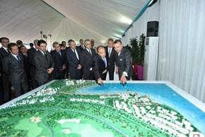 S.M. le Roi préside à Nador la cérémonie de signature de trois conventions relatives à l'aménagement des cités d'Atalayoun et des Deux Mers et la création d'ensembles hôtelier et résidentiel touristiques