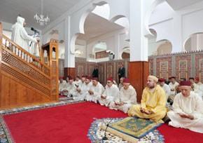 S.M. le Roi accomplit la prière du vendredi à la mosquée Al-Qods à Al Hoceima
