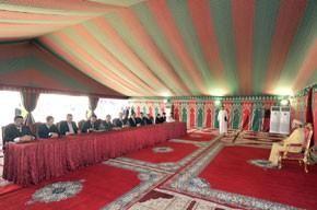 S.M. le Roi préside la cérémonie  de signature d'une convention relative  au programme intégré de mise à niveau urbaine de la municipalité d'Imzouren, d'un coût global de plus de 581 MDH