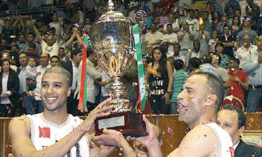 Les joueurs de l'Association Salé brandissent le trophée après leur victoire sur la Renaissance Berkane.    Ph. Saouri