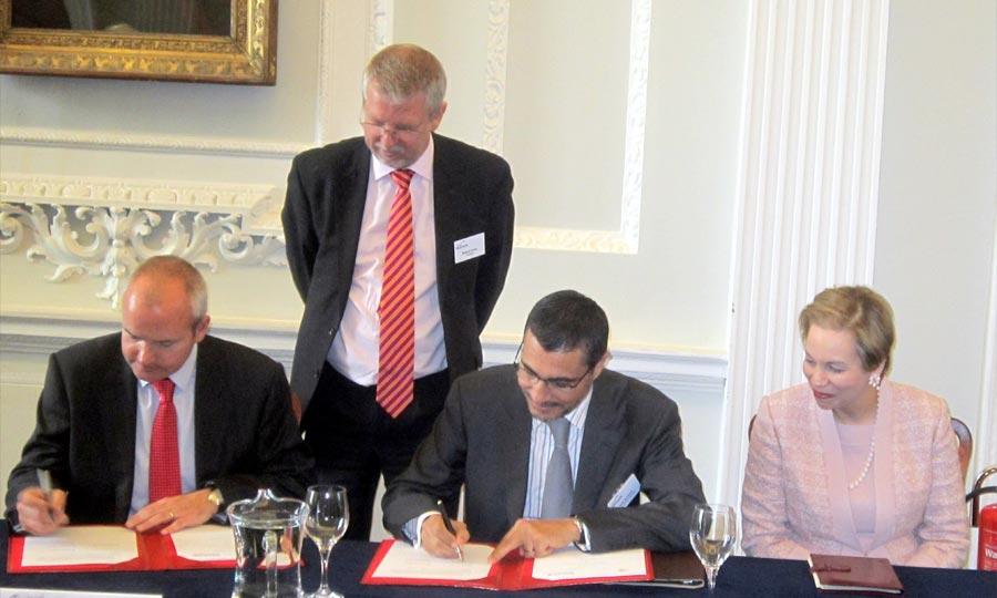 Cérémonie de signature d'un accord de coopération entre  CFC et The City UK, à Londres, en présence de Chrifa Lalla Joumala. (Photo : MAP)
