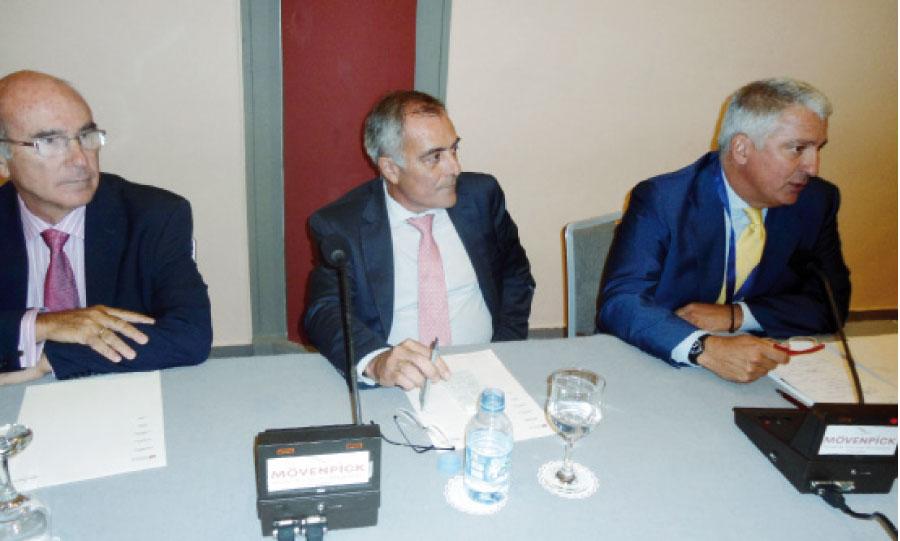 L'ambassadeur d'Espagne Alberto Navarro Gonzalez entouré de ses émissaires.