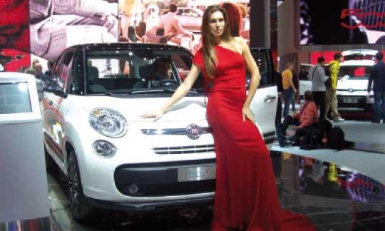 A l'image de ce grand mannequin qui la présente, la Fiat 500L affiche des proportions généreuses, surtout en matière d'habitabilité et d'espace vitré.