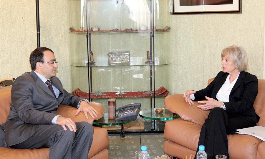 Le président de la Chambre des représentants, Karim Ghellab s'entretient, avec la présidente de la commission des Affaires étrangères à l'Assemblée nationale française, Elisabeth Guigou. (Photo : MAP)