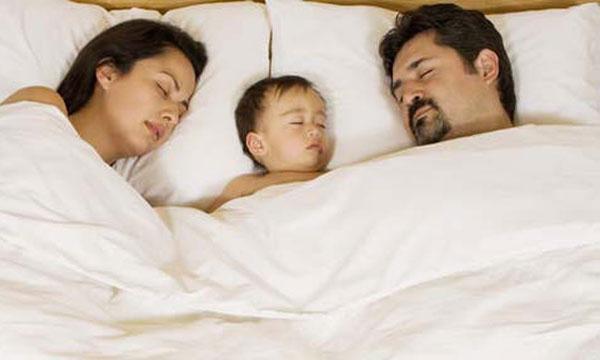 le matin le cosleeping ou ces enfants qui dorment avec leurs parents. Black Bedroom Furniture Sets. Home Design Ideas