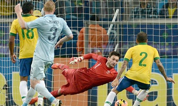 Le défenseur du Brésil, Daniel Alves marque lors du match amical contre la France, à Porto Alegre. (Photo : AFP)