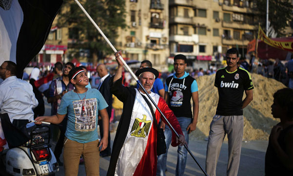 En réponse aux appels à manifester contre le Président, à l'occasion du premier anniversaire de son accession au pouvoir le 30juin, ses partisans avaient entamé un sit-in de soutien dès le 28juin.