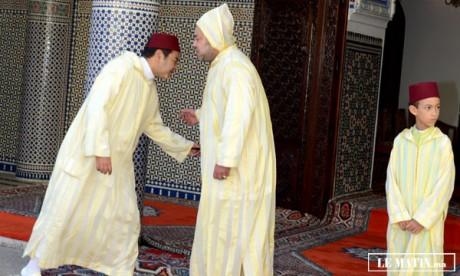 Amir Al-Mouminine accomplit la prière  de l'Aïd Al-Adha à la mosquée Ahl Fès à Rabat  et reçoit les vœux en cette heureuse occasion