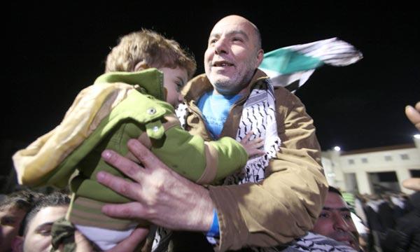 Un prisonnier palestinien est accueillià Ramallah, peu après sa libération par Israël. Ph : AFP