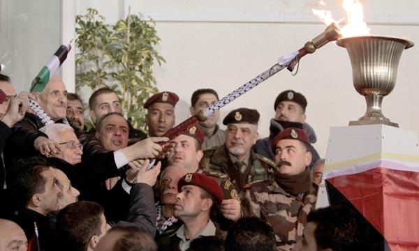 Le Président palestinien Mahmoud Abbas accueille les prisonniers palestiniens, à Ramallah, peu après leur libération par Israël. Ph : AFP