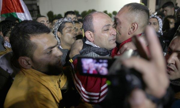 Des prisonniers palestiniens Sont accueillis, à Ramallah, peu après leur libération par Israël. Ph : AFP