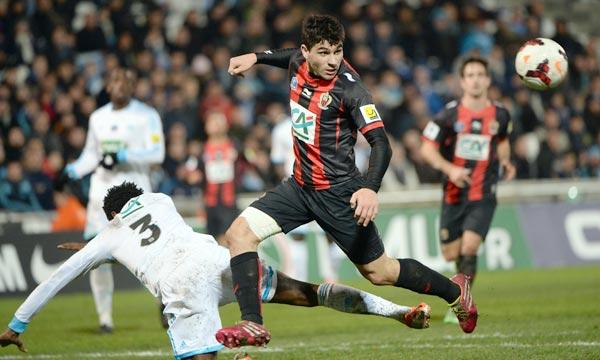 L'attaquant de Nice Neal Maupay prend le dessus sur le défenseur marseillais Nicolas Nkoulou, à terre, en 16e de finale de Coupe de France, au Vélodrome. Ph : AFP