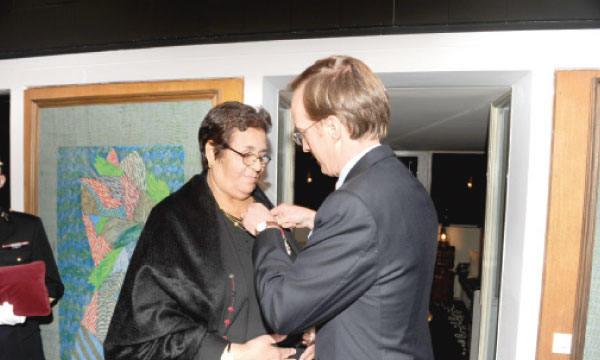 Aicha Ech-Chenna décorée par Charles Fries, ambassadeur de France à Rabat.