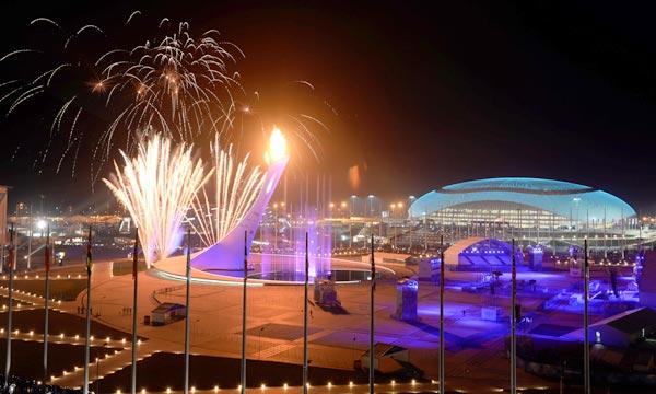 Le ciel de Sotchi s'est illumé sous les feux d'artifices, lors de la pratique en vue de la cérémonie d'ouverture des Jeux Olympiques d'hiver 2014. Ph : AFP