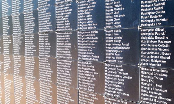 Le mur portant des noms de victimes du génocide au Rwanda au mémorial de Kigali. Ph : un.org