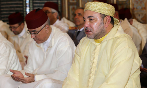 L'Imam met en relief l'œuvre constante d'Amir Al Mouminine  dans la préservation de la sécurité dans toutes ses dimensions