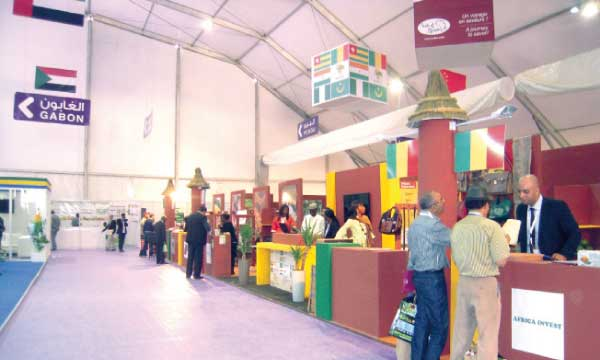Les visiteurs manifestent un grand intérêt pour les produits du terroir venus  de l'Afrique subsaharienne.