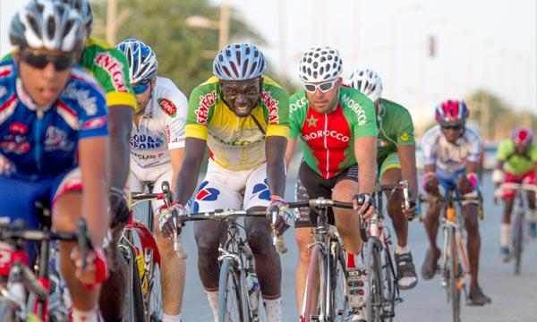 Les coureurs marocains monopolisent les trois premières places du podium lors de la course disputée,à Nouakchott, sur un circuit fermé de 30 Km. Ph : MAP