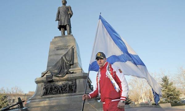 Un résident de Sébastopol affiche son soutien à Moscou. Dans ce contexte de rattachement, l'UE imposera des sanctions aux personnes qui portent atteinte à la sécurité de l'Ukraine. Ph : france24.com