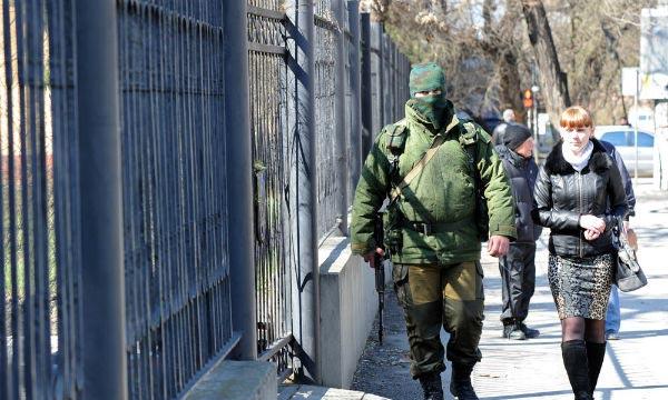 Des soldats patrouillent dans une ambiance détendue autour d'une base militaire au centre de Sébastopol. L'annexion de la Crimée à la Russie est considérée comme illégale par l'UE. Ph : france24.com