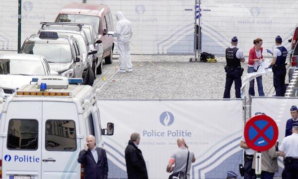 Des experts en médecine légale sur les lieux de la fusillade au Musée Juif de Belgique, à Bruxelles. Ph : AFP