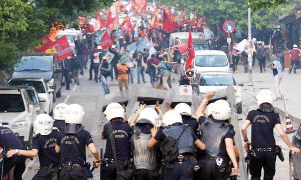 À Ankara, les manifestants ont été repoussés par des tirs de gaz lacrymogènes.       Ph. AFP