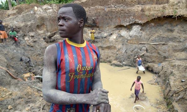 Un jeune homme travaille dans une mine d'or à Gaga, à l'ouest de la République centrafricaine. Ph : AFP