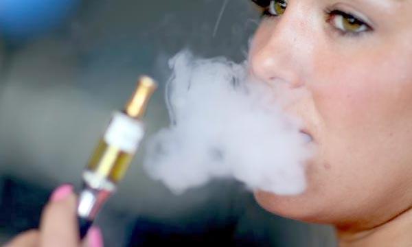 Un moyen de réduire le fardeau des maladies dues au tabagisme. L'e-cigarette dans les efforts visant à alléger le fardeau des problèmes de santé découlant de l'inhalation de fumée. Ph : elegantcig