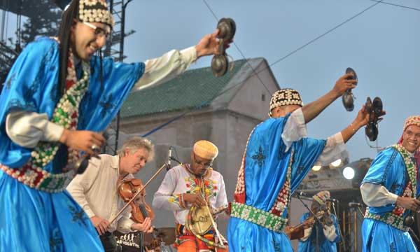 Le public du festival a eu le bonheur d'assister à une surprenante rencontre entre trois musiques traditionnelles bien distinctes: gnaoua, rock français  et les sonorités du Moyen Atlas.   Ph. Saouri