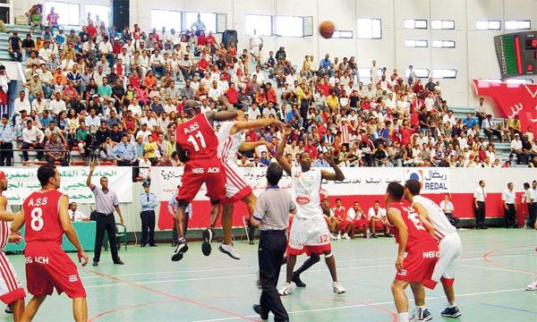 L'ASS (en rouge) part légèrement favorite face à Amal Essaouira en finale du championnat prévue aujourd'hui à Nador.          Ph. Archives