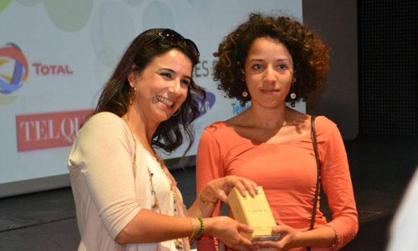 La jeune Zineb Benkania qui a reçu son prix des mains de l'actrice Samia Akariou.