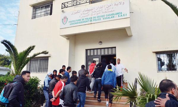 Les joueurs du WAC dans la préfecture de police pour déposer plainte après leur agression par certains pseudo-supporters.         Ph. Archives