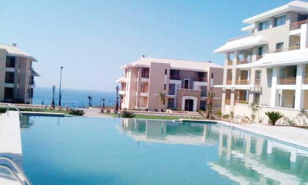 Le site se situe sur l'une des plus belles plages du Royaume aux grandes étendues de sable fin.