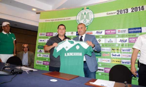Abdelhak Benchikha et Mohamed Boudrika brandissant le maillot du Raja.   Ph. Seddik